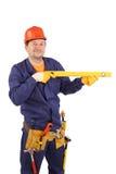 Trabajador en el casco de protección que sostiene la regla. Imágenes de archivo libres de regalías