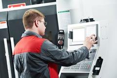 Trabajador en el taller de la herramienta que trabaja a máquina Imagen de archivo