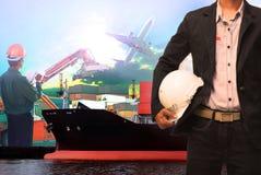 Trabajador en el uso del puerto de la nave para la industria logística del buque, náutica y de las importaciones/exportaciones de Imagenes de archivo