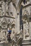 Trabajador en exterior de la catedral Fotos de archivo libres de regalías