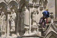 Trabajador en exterior de la catedral Fotografía de archivo libre de regalías