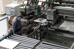 Trabajador en fábrica automática de los muebles Foto de archivo libre de regalías