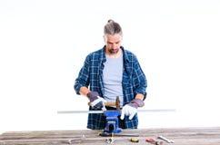 Trabajador en la camisa azul que trabaja con el metal imagen de archivo libre de regalías