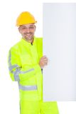 Trabajador en la chaqueta de la seguridad que presenta a la tarjeta vacía Foto de archivo