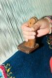 Trabajador en la fábrica de seda de la manta Fotos de archivo libres de regalías