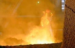 Trabajador en la planta siderúrgica fotos de archivo libres de regalías