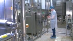 Trabajador en la sustancia química, gas, aceite, waterbio, tubos de gas que trabajan con la tableta