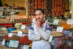 Trabajador en la tienda en Estambul, Turquía Fotos de archivo