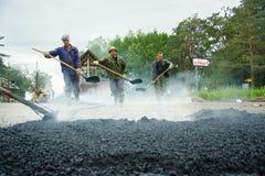 Trabajador en los trabajos de asfaltado Imagen de archivo libre de regalías