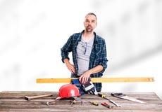 Trabajador en madera azul del sawing de la camisa Imagenes de archivo
