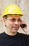Trabajador en sombrero duro amarillo imágenes de archivo libres de regalías