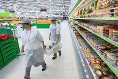 Trabajador en supermercado Imagen de archivo libre de regalías