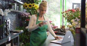 Trabajador en tienda floral usando los artilugios almacen de metraje de vídeo