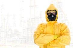 Trabajador en traje químico protector. foto de archivo libre de regalías