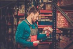 Trabajador en un almacén Imagenes de archivo