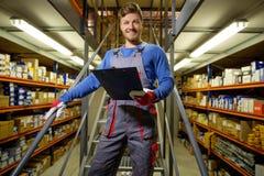 Trabajador en un almacén de los recambios Imagen de archivo