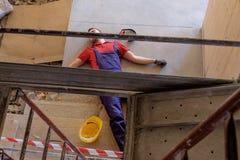 Trabajador en un débil después de lesión en el lugar de trabajo fotos de archivo libres de regalías