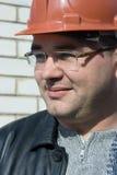 Trabajador en un emplazamiento de la obra en un casco protector Fotos de archivo