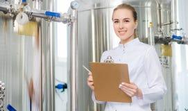 Trabajador en una fábrica del agua Imagen de archivo