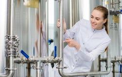 Trabajador en una fábrica del agua Foto de archivo