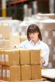Trabajador en Warehouse que prepara las mercancías para el envío Fotos de archivo