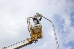 Trabajador encima de un polo que fija el abastecimiento 3 Foto de archivo