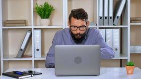 Trabajador enojado hermoso joven en oficina moderna almacen de video