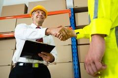 Trabajador feliz de Shaking Hands With Warehouse del encargado imagen de archivo