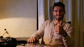 Trabajador feliz en el escritorio en casa que guiña en la cámara Fotos de archivo libres de regalías