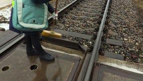 Trabajador ferroviario de sexo femenino que usa el cepillo en ferrocarril almacen de metraje de vídeo