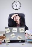 Trabajador frustrado con el reloj que tiene problemas Imágenes de archivo libres de regalías