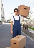 Trabajador hispánico hermoso con las cajas foto de archivo
