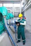 Trabajador industrial con el cuaderno imagenes de archivo