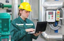 Trabajador industrial con el cuaderno foto de archivo libre de regalías