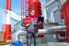 Trabajador industrial con el cuaderno Imagen de archivo libre de regalías