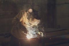 Trabajador industrial en el primer de la soldadura de la fábrica Fotos de archivo libres de regalías