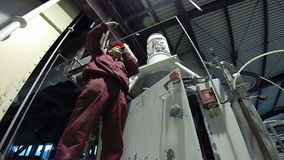 Trabajador industrial que gesticula la parada almacen de metraje de vídeo