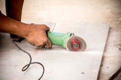 Trabajador industrial que hace el corte horizontal con eléctrico Imagenes de archivo