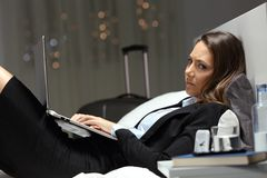 Trabajador infeliz que trabaja últimas horas en una habitación Foto de archivo libre de regalías