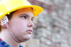 Trabajador joven contra la pared de ladrillo enmascarada Foto de archivo libre de regalías