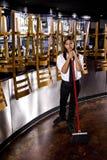 Trabajador joven del restaurante que limpia Imagenes de archivo