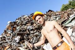 Trabajador joven en un depósito de chatarra fotografía de archivo libre de regalías
