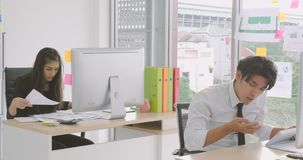 Trabajador joven ocupado en la oficina almacen de video
