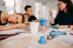 Trabajador joven que duerme durante la reunión de negocios fotos de archivo
