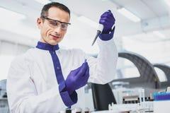 Trabajador médico alegre que toma el espécimen Imagen de archivo