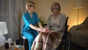 Trabajador médico que lleva a cabo la mano, el servicio de la enfermera, la ayuda y el cuidado pacientes femeninos almacen de metraje de vídeo