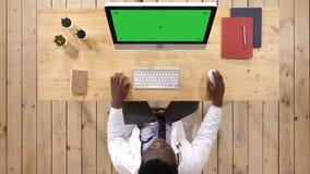 Trabajador médico que mecanografía en el ordenador Visualización blanca almacen de video