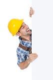 Trabajador manual confiado que sostiene la cartelera Imagenes de archivo