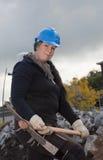 Trabajador manual de sexo femenino en sombrero duro azul Fotos de archivo libres de regalías