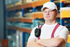 Trabajador manual joven caucásico en almacén Fotos de archivo